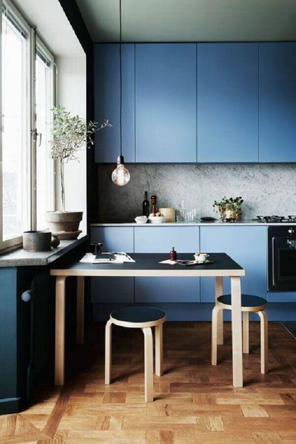 cozinha decorada com armário de cozinha azul moderno e mesa de madeira Foto Home Decor Ideas