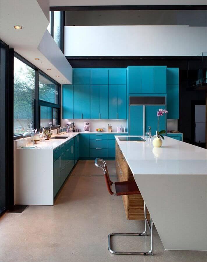cozinha moderna decorada com armário de cozinha azul Foto Pinterest