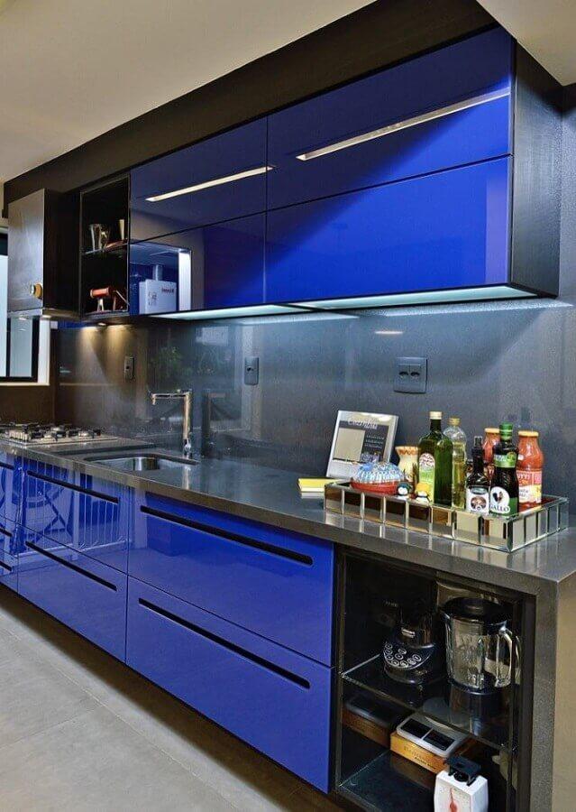 cozinha moderna decorada com armário de cozinha azul e cinza  Foto Home Fashion Trend