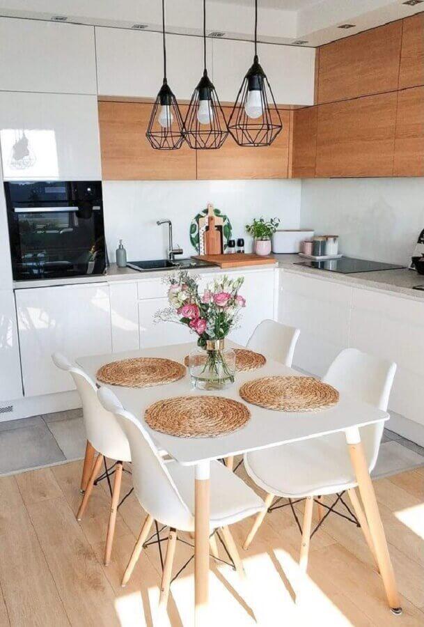 cozinha planejada branca e madeira decorada com lustre pendente preto aramado Foto Casa de Valentina