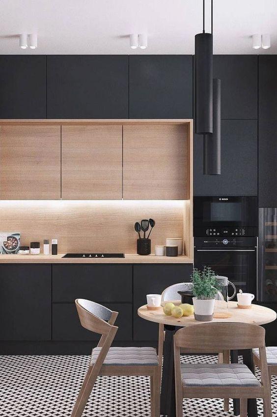 Cozinha preta com torre quente no cantinho