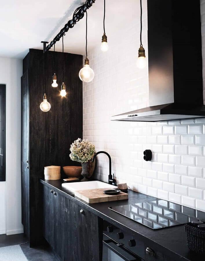 cozinha preta e branca decorada com pendente estilo industrial Foto Architecture Therapy