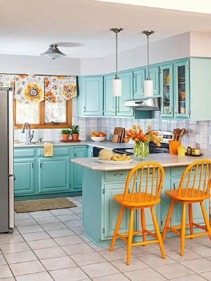 cozinha retrô decorada com banquetas amarelas e armário de cozinha azul turquesa Foto Pinterest