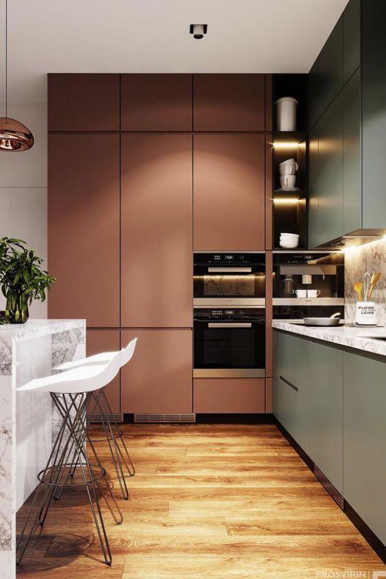 Cozinha pequena rosa e cinza com torre quente