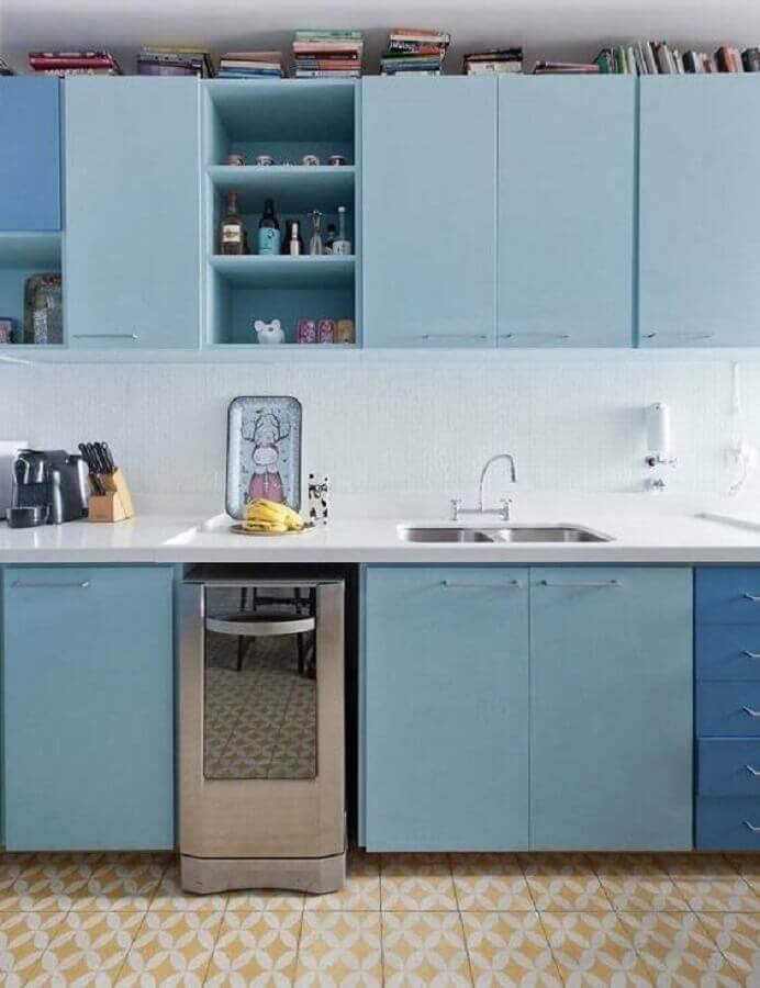 cozinha simples decorada com armário de cozinha azul claro planejado Foto Histórias de Casa