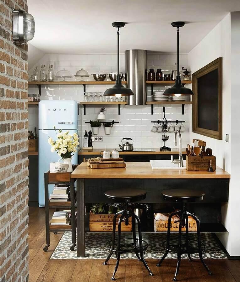 cozinha simples decorada com prateleiras de madeira e pendente industrial preto Foto Archilovers