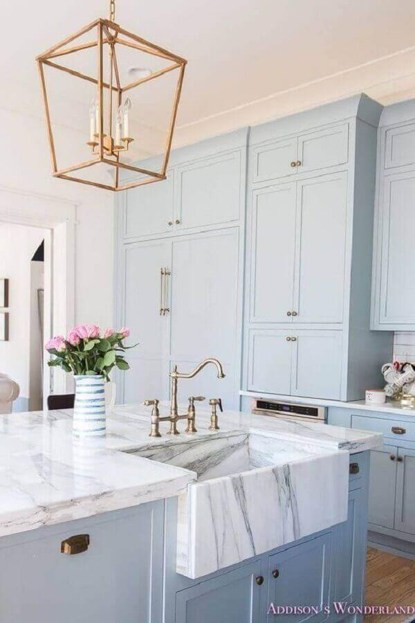 decoração clássica com armário de cozinha azul claro com bancada branca Foto Archilovers