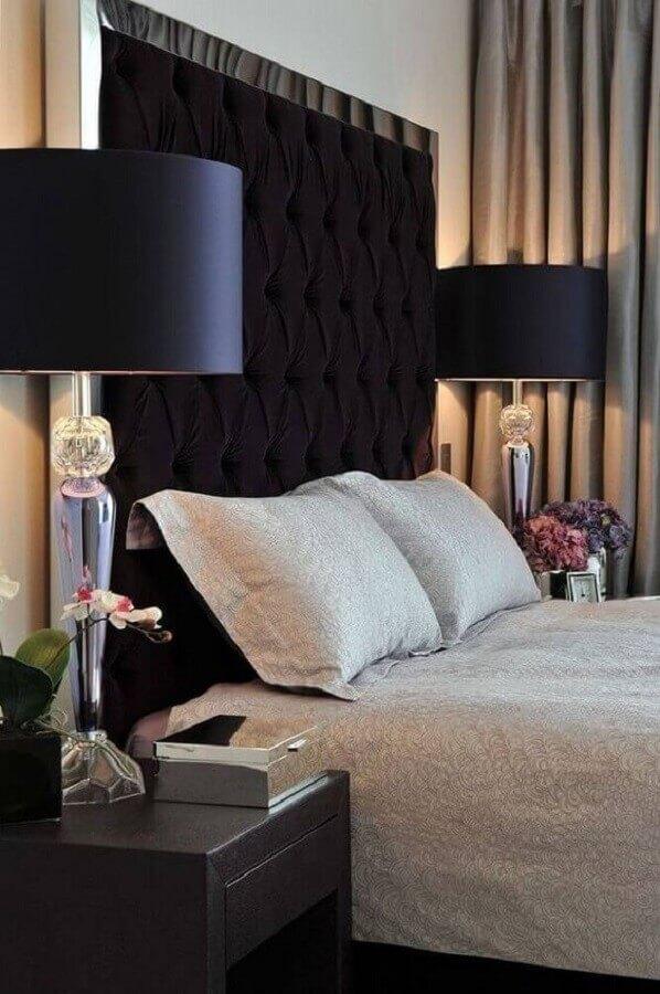 decoração clássica e sofisticada para quarto com cabeceira preta capitonê Foto Jeito de Casa
