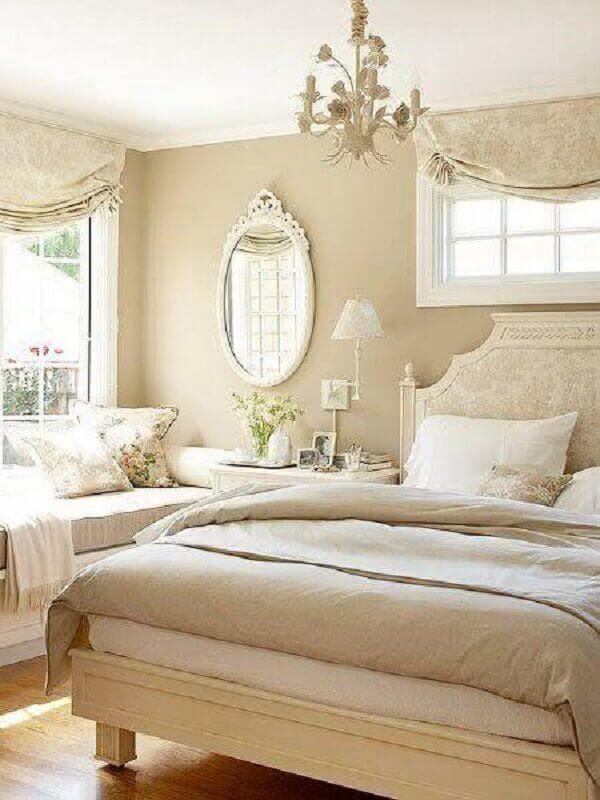 decoração clássica em cores neutras para quarto de casal com espelho de parede com moldura branca Foto Lolafá