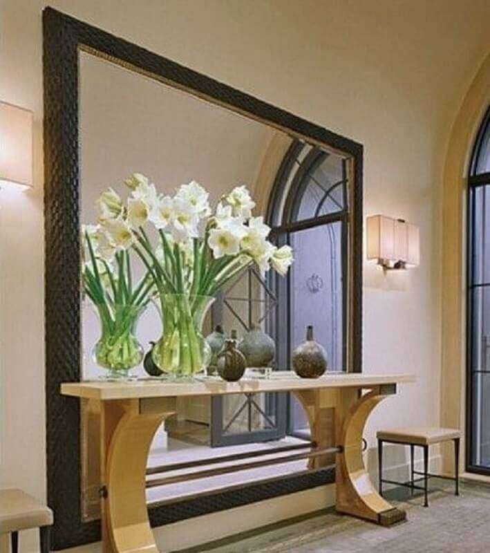 decoração clássica para hall de entrada com espelho grande e aparador com vasos de plantas grande Foto Pinterest
