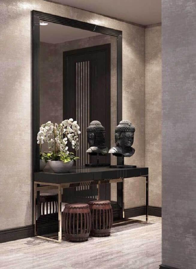 decoração clássica para hall de entrada com espelho grande e aparador preto Foto Futurist Architecture