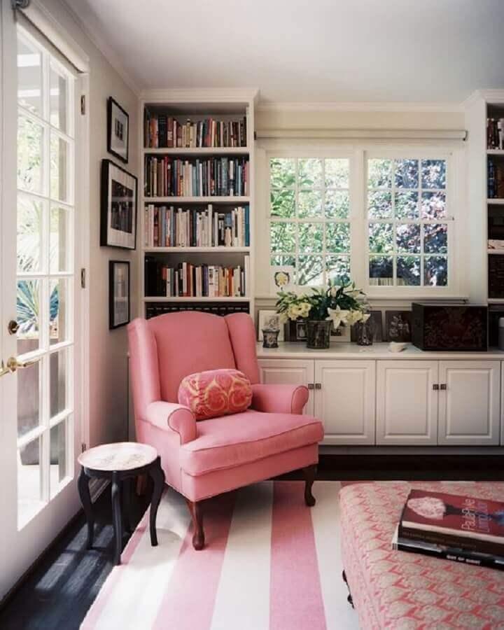 decoração clássica para sala com tapete listrado e poltrona rosa Foto Lonny Magazine