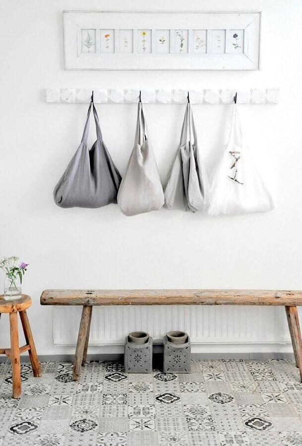 decoração clean com banco de madeira para hall de entrada pequeno Foto Pinterest