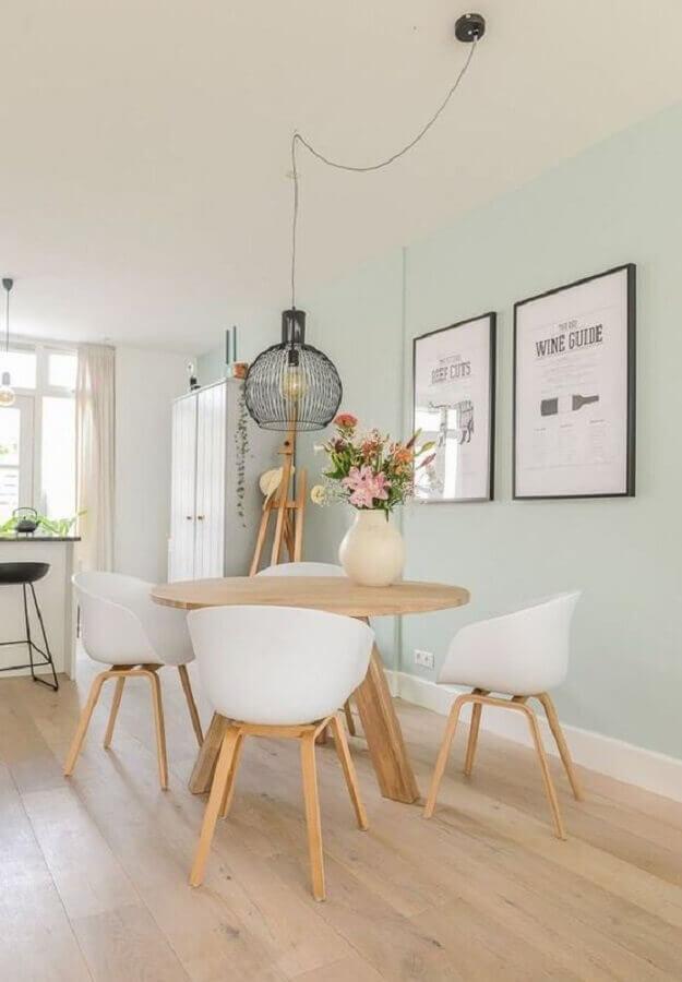 decoração clean com lustre pendente para sala de jantar com mesa redonda de madeira Foto Fashionismo