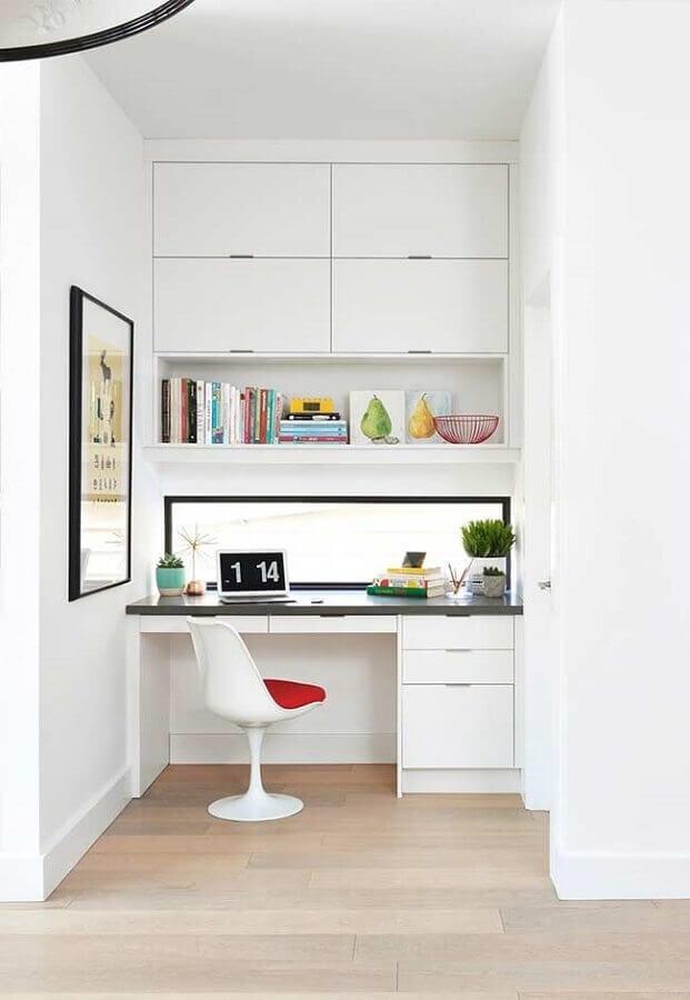 decoração clean com mesa para escritório home office planejado com armários aéreos Foto Pinterest
