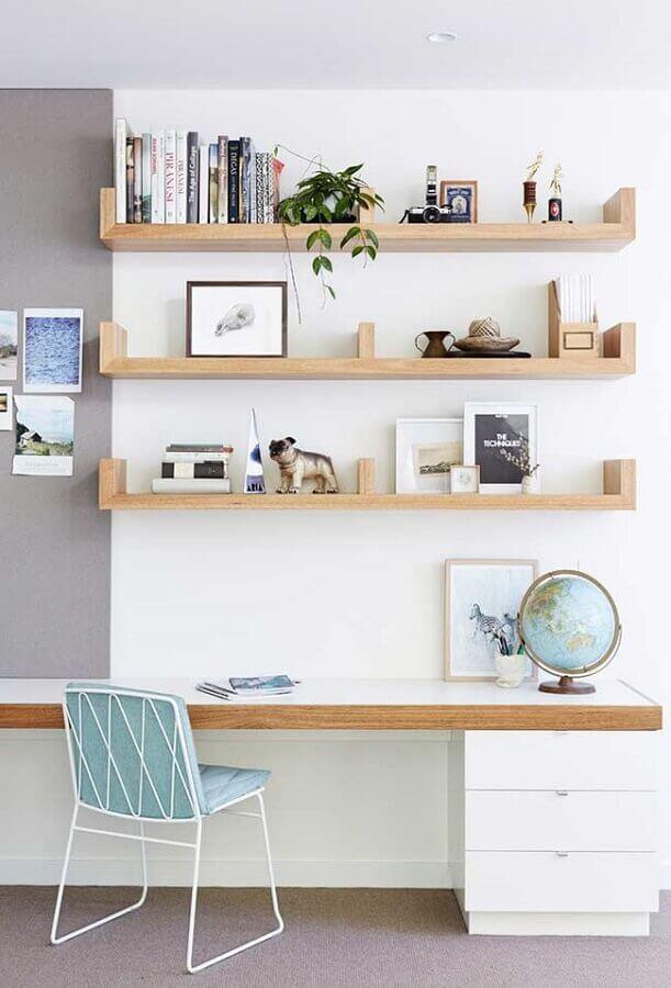decoração clean com prateleiras de madeira e mesa para home office com gavetas brancas Foto Houzz