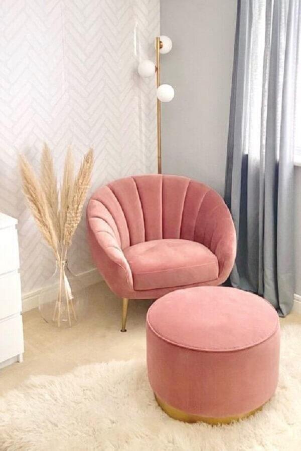 decoração clean com tapete branco felpudo e poltrona decorativa rosa com puff redondo Foto Pinterest