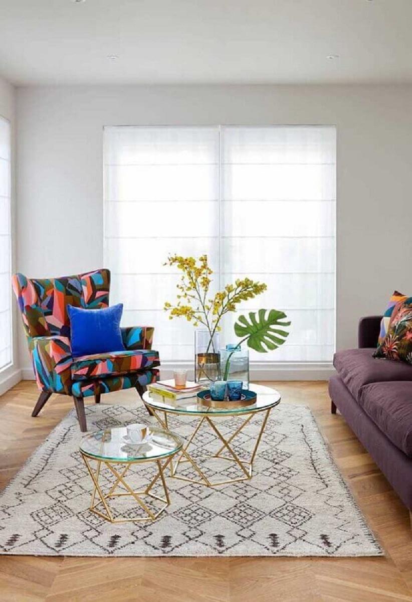 decoração clean para sala com poltrona colorida e mesa de centro de vidro  Foto Casa de Valentina