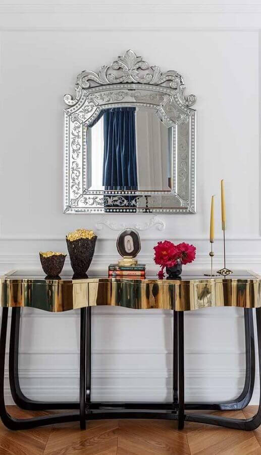 decoração com aparador dourado e espelho de parede vintage Foto Dcore Você