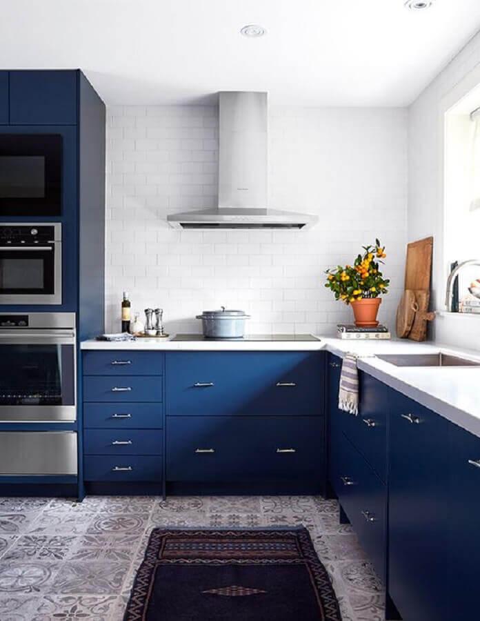 decoração com armário de cozinha azul marinho com bancada branca Foto House & Home