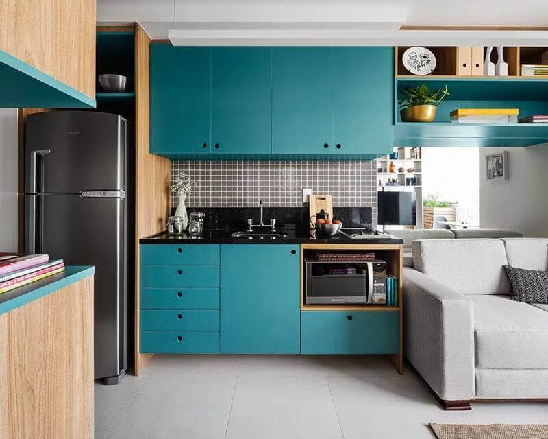 decoração com armário de cozinha azul turquesa com detalhe em madeira Foto Pinterest