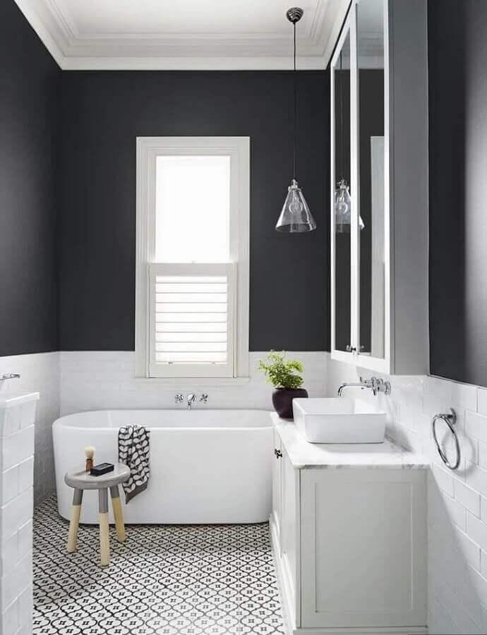 decoração com banheira pequena para banheiro preto e branco Foto Dulux