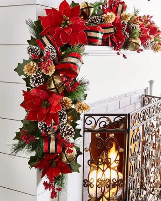 decoração com enfeites com pinha de Natal e flores vermelhas Foto BuyerSelect