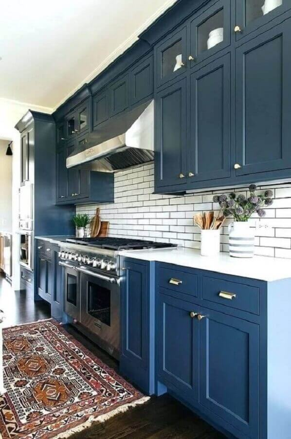 decoração com estilo clássico com armário de cozinha azul marinho Foto Pinterest