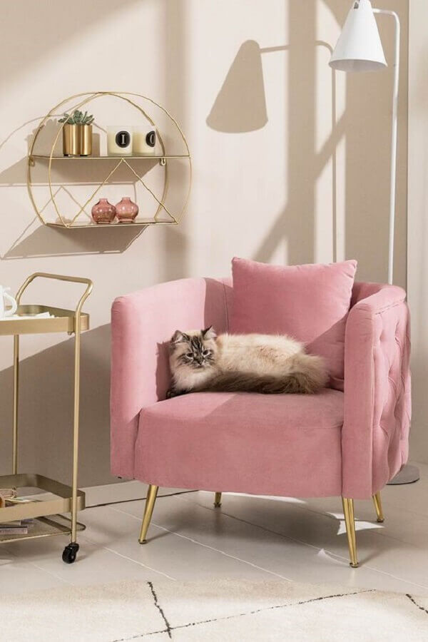 decoração com luminária branca de chão e poltrona rosa bebê Foto DEPOT