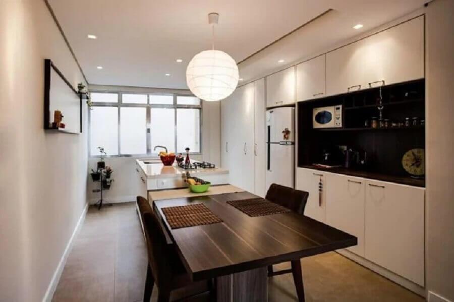 decoração com lustre pendente redondo para cozinha branca com ilha Foto KLI Arquitetura