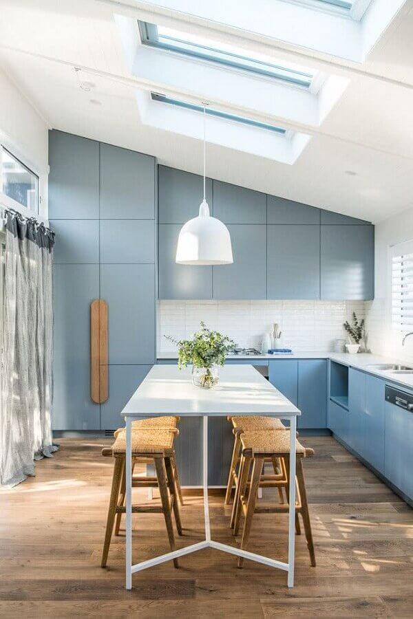 decoração com mesa branca e armário de cozinha azul claro planejado  Foto Dcore Você
