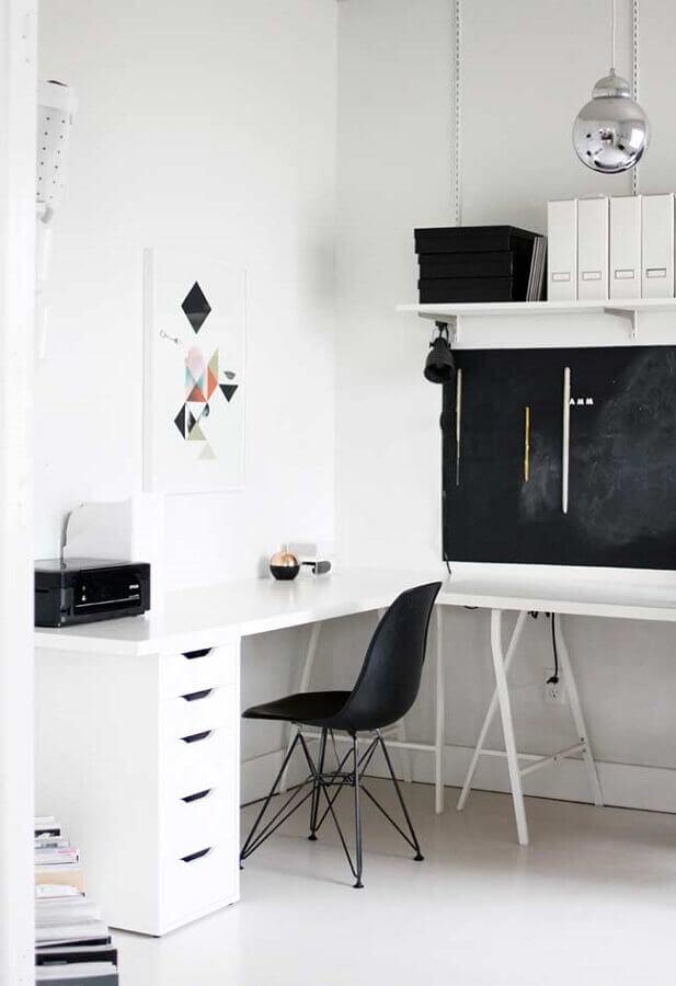 decoração com mesa de canto para home office todo branco com gaveteiro Foto Pinterest