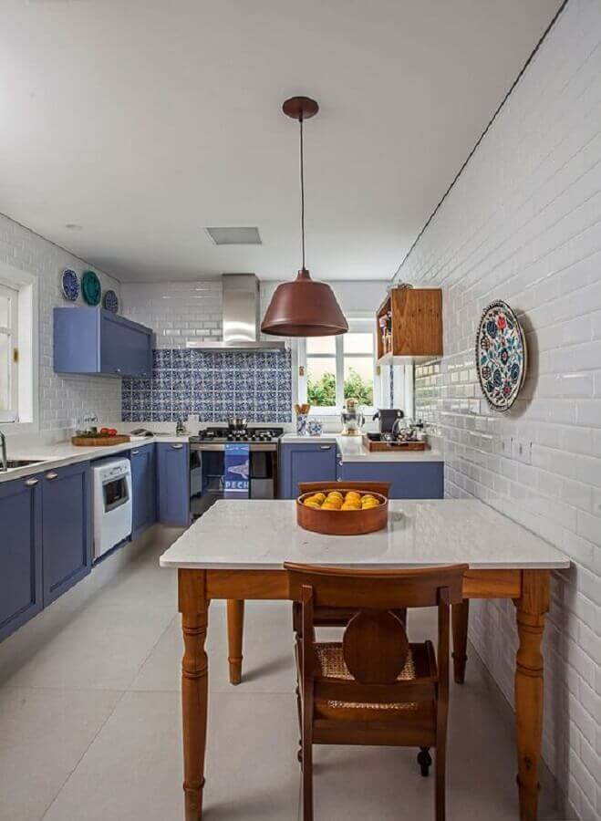 decoração com mesa de madeira e armário de cozinha azul  Foto Casa de Valentina