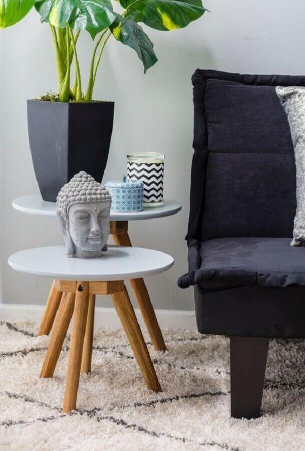 Mesa lateral alta com pés de palito