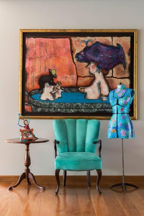 decoração com mesa lateral redonda e poltrona colorida verde clássica  Foto Casa de Valentina