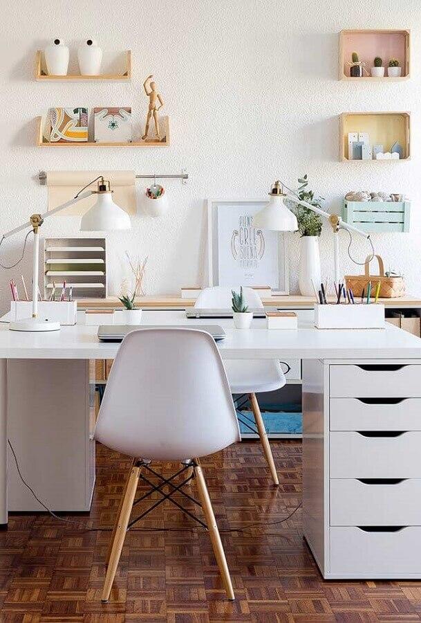decoração com mesa para home office com gavetas na lateral Foto Pinterest