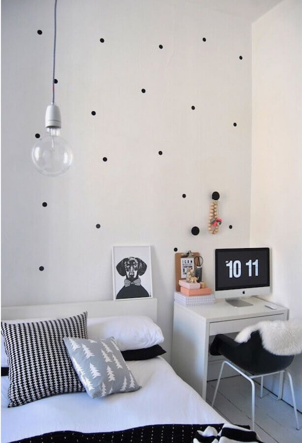 decoração com papel de parede de bolinhas e mesa home office para quarto Foto We Heart It