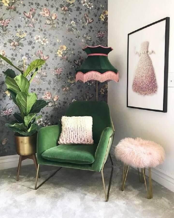 decoração com papel de parede floral e poltrona colorida verde  Foto Etsy