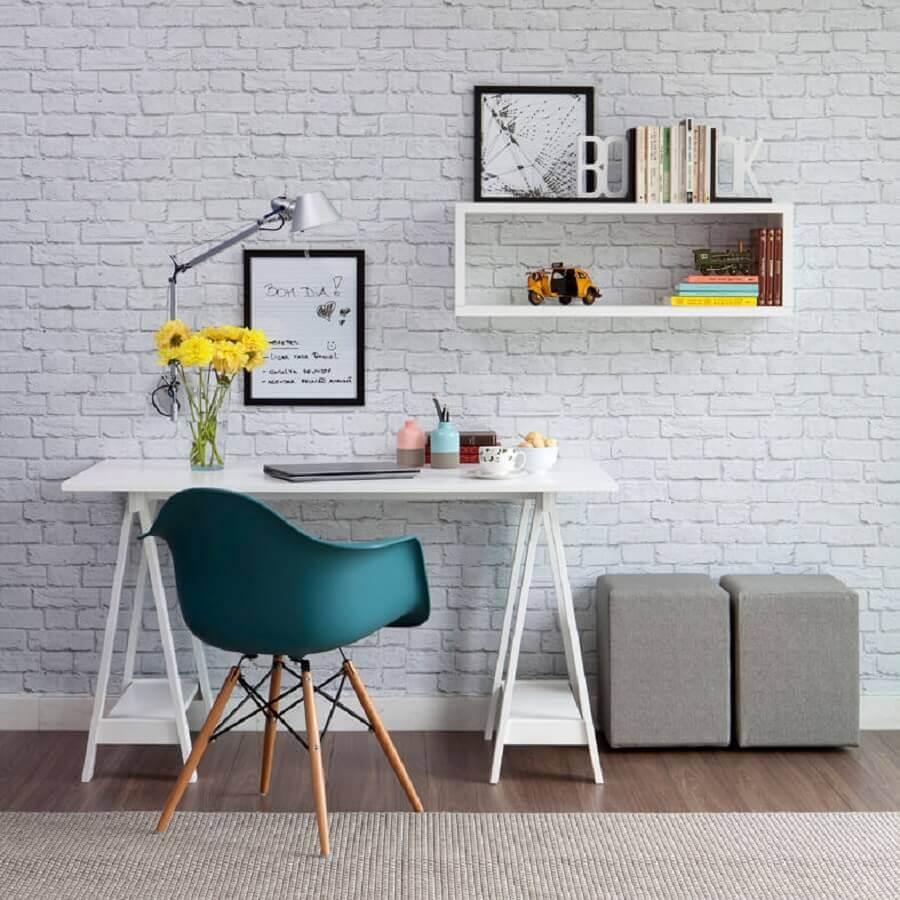 decoração com papel de parede tijolinho branco e mesa pequena para home office Foto Pinterest