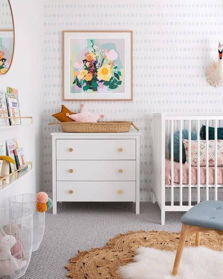 decoração com quadros para quarto de bebê feminino branco e cinza  Foto Tarina Wood