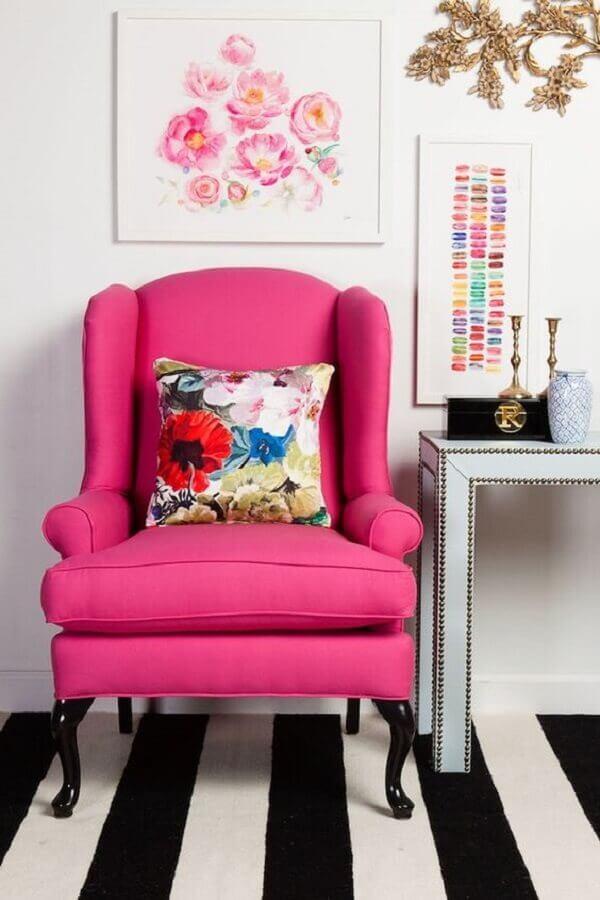 decoração com tapete listrado preto e branco e poltrona rosa pink Foto Pinterest