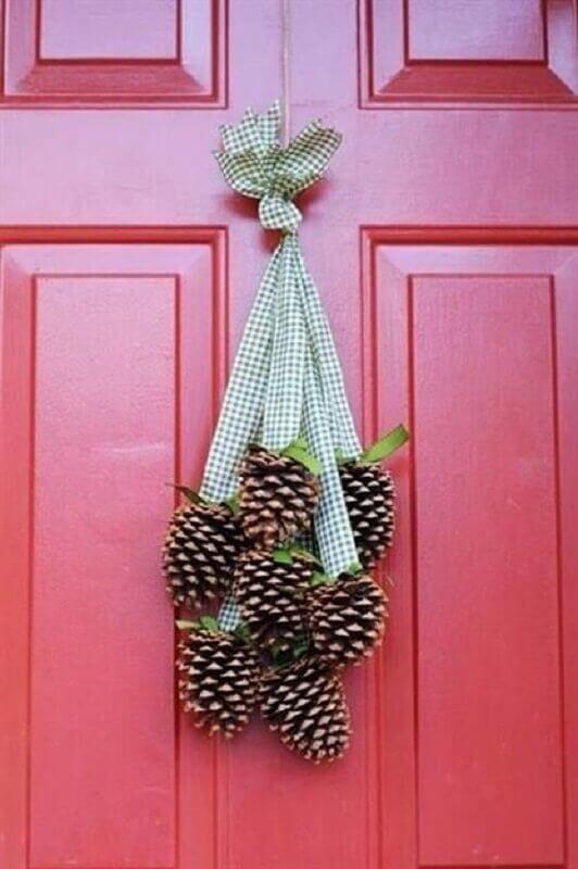 decoração de Natal com pinhas para porta  Foto Artesanatop