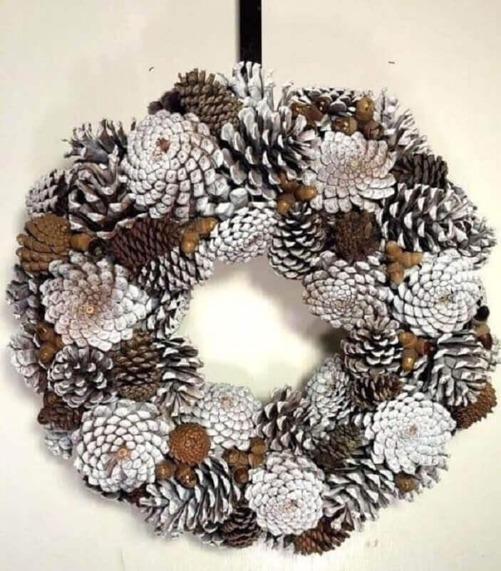decoração de Natal para porta com pinhas Foto Pinterest