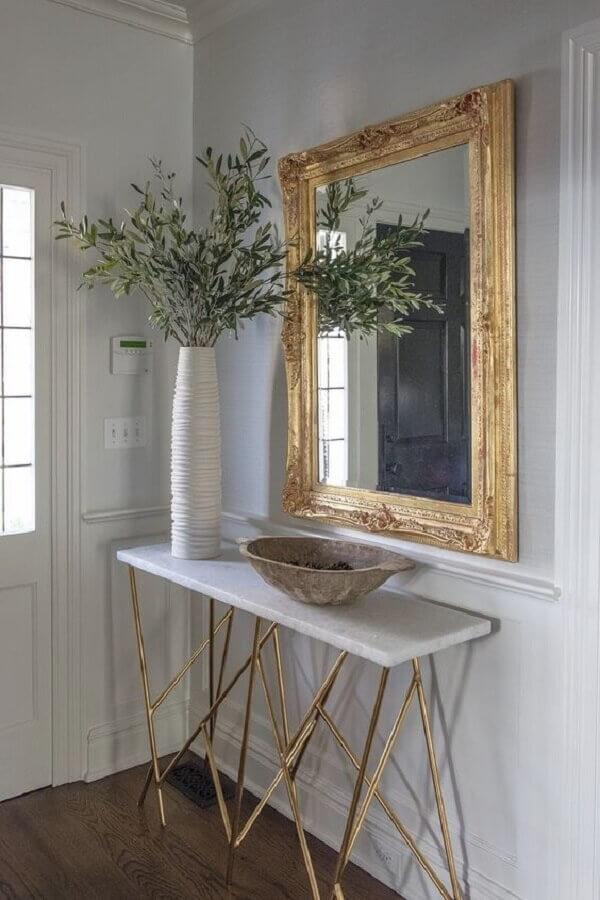 decoração de hall de entrada com espelho com moldura dourada clássica Foto Aracely Campbell