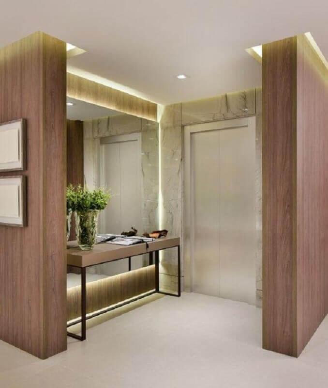 decoração de hall de entrada com espelho planejado na parede Foto Quitete&Faria