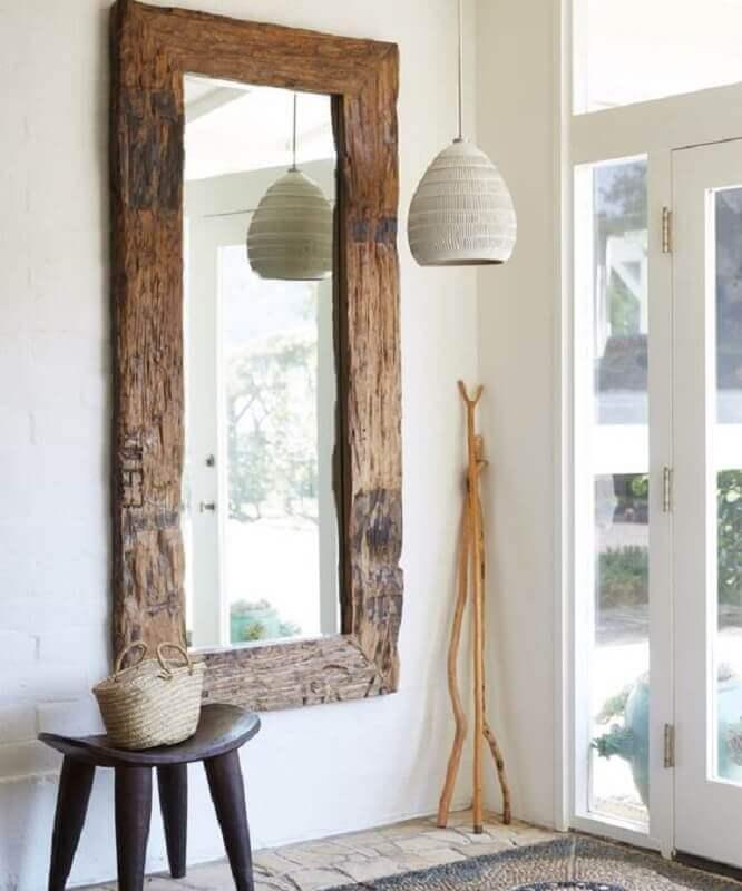 decoração de hall de entrada com espelho rústico de madeira Foto Jeito de Casa