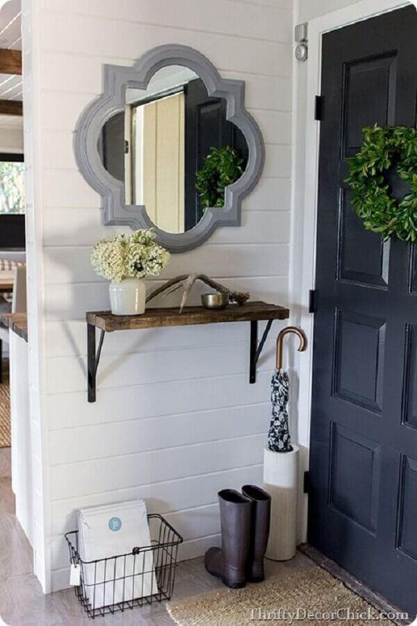 decoração de hall de entrada pequeno com espelho e prateleira de madeira rústica Foto Thriffy Decor Chick