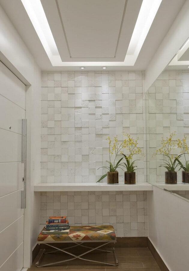 decoração de hall de entrada pequeno com espelho e revestimento 3D Foto Anual Design