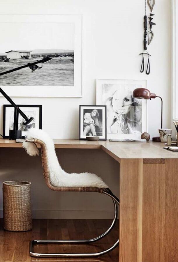 decoração de home office com mesa de canto de madeira Foto Crismatec