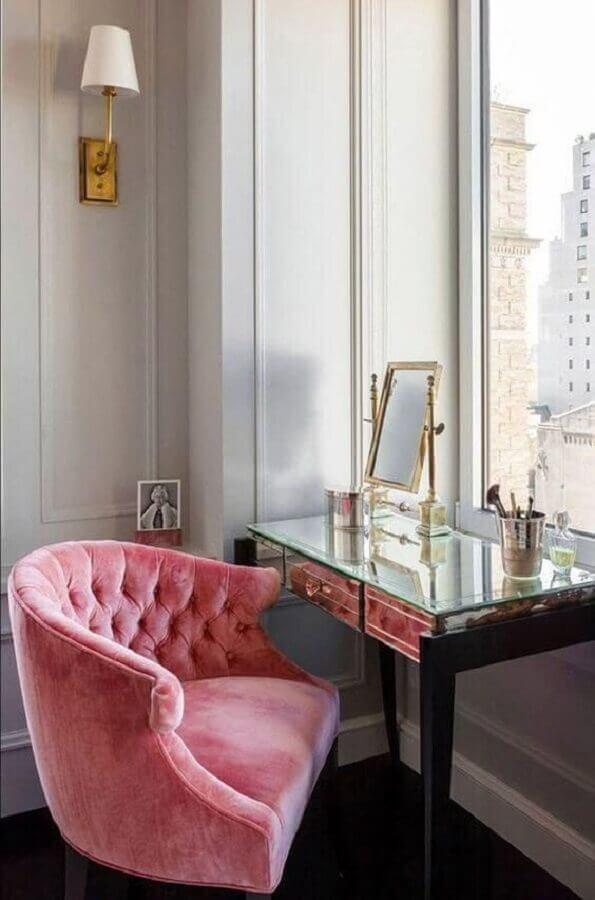 decoração de penteadeira com poltrona rosa clássica Foto Pinterest